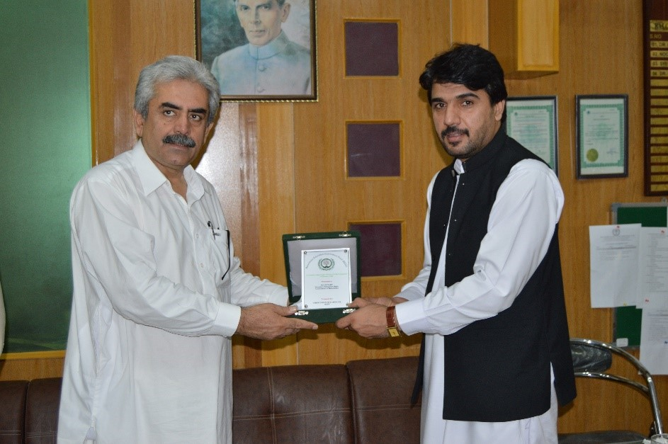 CEO BEEF (Dr.Rasheed Masood Khan) presenting a shield